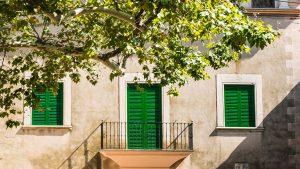 Esterno abitazione con cornici e ombre